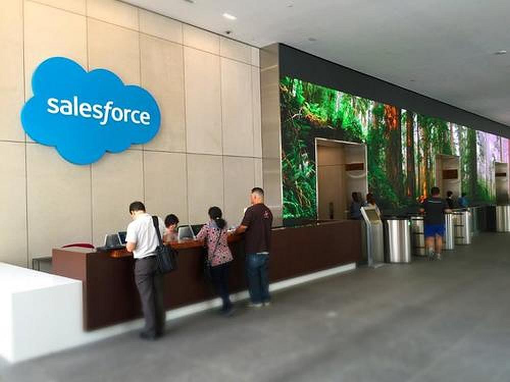 Lobby bei Salesforce - rechts zu sehen die LED Indoor Signage Installation (Foto: S|N|A)