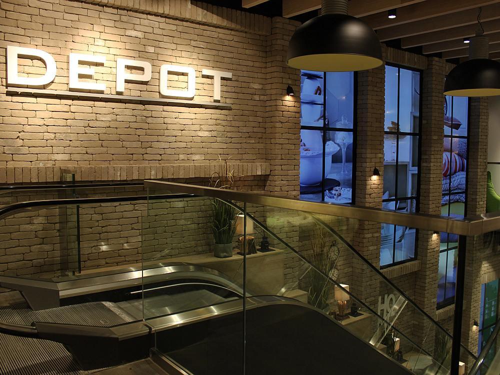 Mit den Video Walls erzeugt DEPOT den Charakter einer renoverten Fabrikhalle (Foto: NEXGEN smart instore)