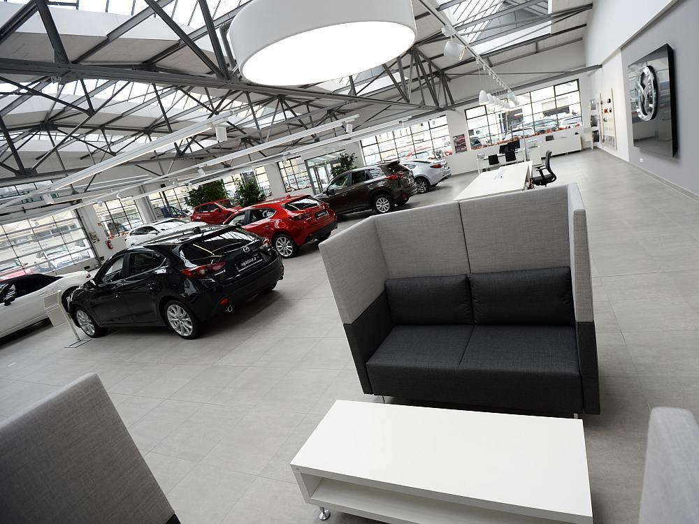 Nach neuer Designrichtlinine umgesetzter Innenraum eines Mazda Autohauses in München (Foto: Mazda)