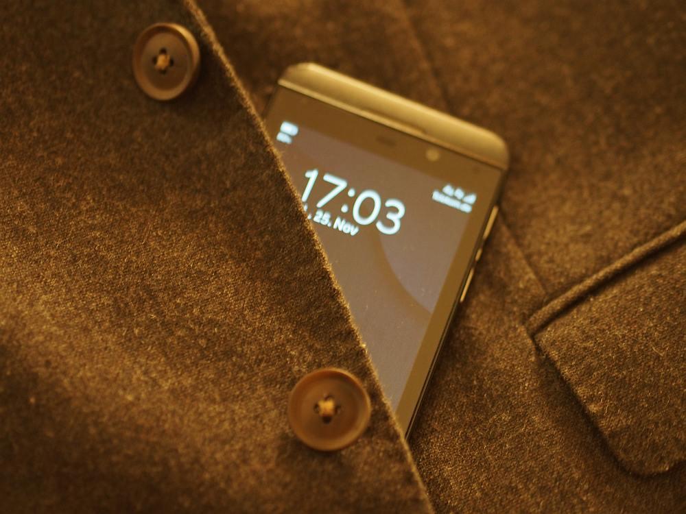 Omnichannel Offensive beim Mode-Riesen - Boss Jackett und Mobile Device (Foto: invidis)