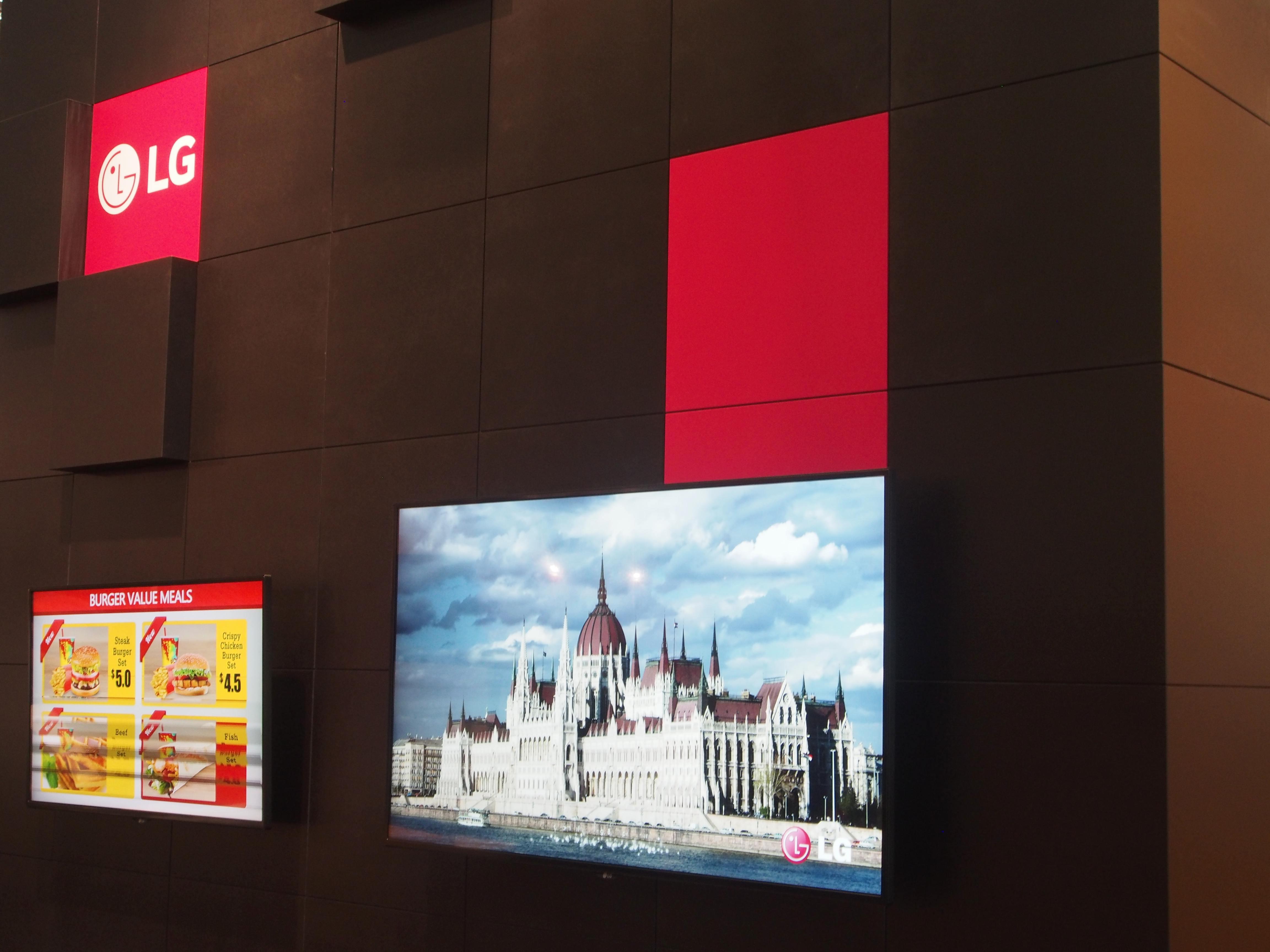 Rechts im Bild eine Weltpremiere - LG treibt den Markt mit kleineren UHD LFDs mit professionellen Panels voran (Foto: invidis)