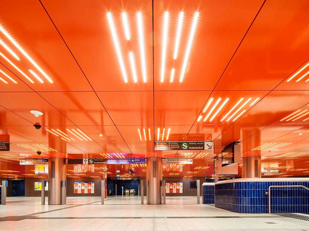 S-Bahnstation Marienplatz in München -Von Ingo Maurer entworfenes Lichtkonzept beinhaltet eine großflächige Lichtdecke mit 1.062 LED-Lichtlinien von Osram (Foto: Osram)