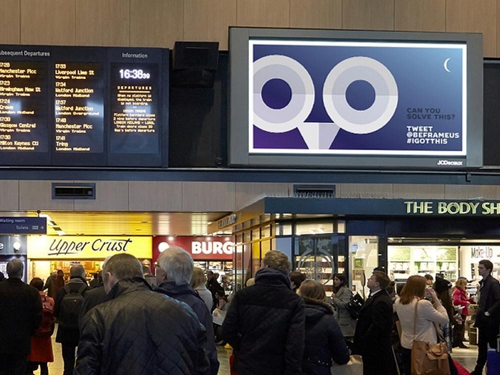 Screen mit Motiv der #IGOTTHIS Kampagne an einem Bahnhof in UK (Foto: JCDecaux)