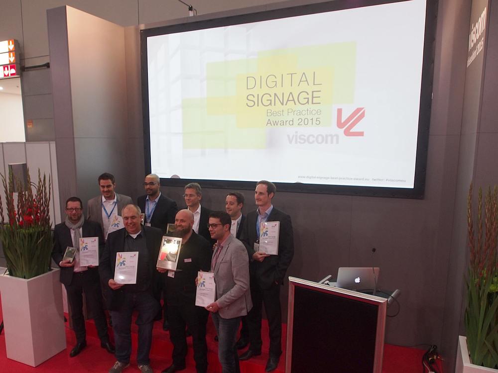So sehen Sieger aus - die Gewinner der Digital Signage Best Practice Awards 2015 (Foto: invidis)