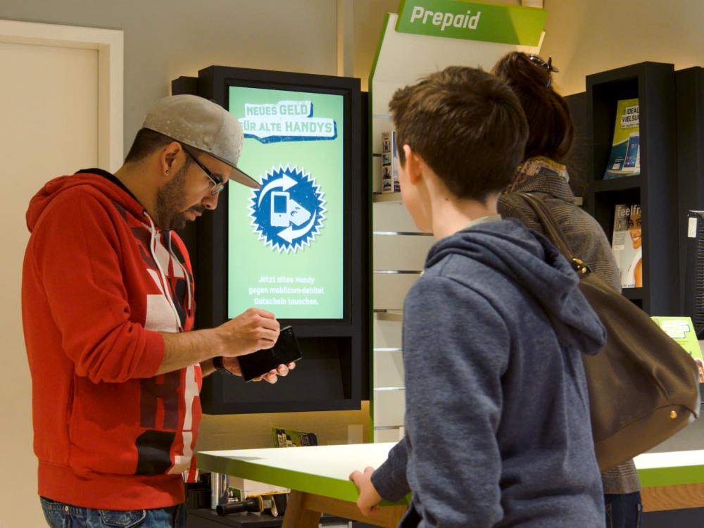 Am Point of Sale - Kunden in einem Mobilcom-Debitel Shop (Foto: Scala)