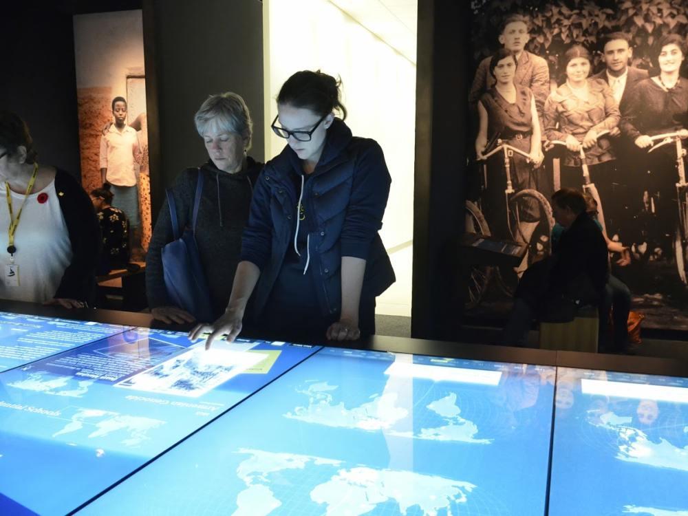 Besucherinnen am großen Multitouch Tisch (Foto: David Steinberg / Electrosonic)