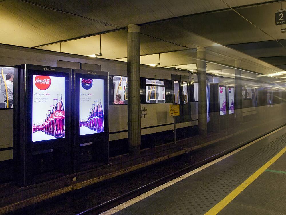 DooH Screens von Clear Channel an einem U-Bahnhof in Oslo (Foto: Matrox)