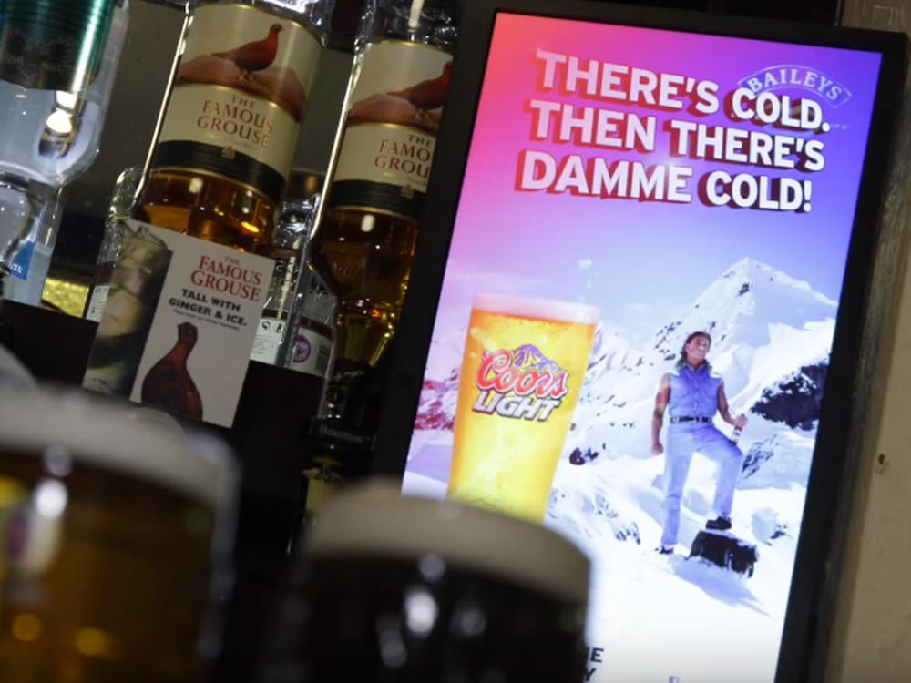 Einer von 2.000 - DooH Screen im Market Lane Pub (Screenshot: invidis)
