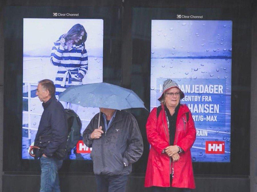 Erst Regen, dann Bewetbildspot - Helly Hansen Kampagne auf DooH Screens (Screenshot: invidis)