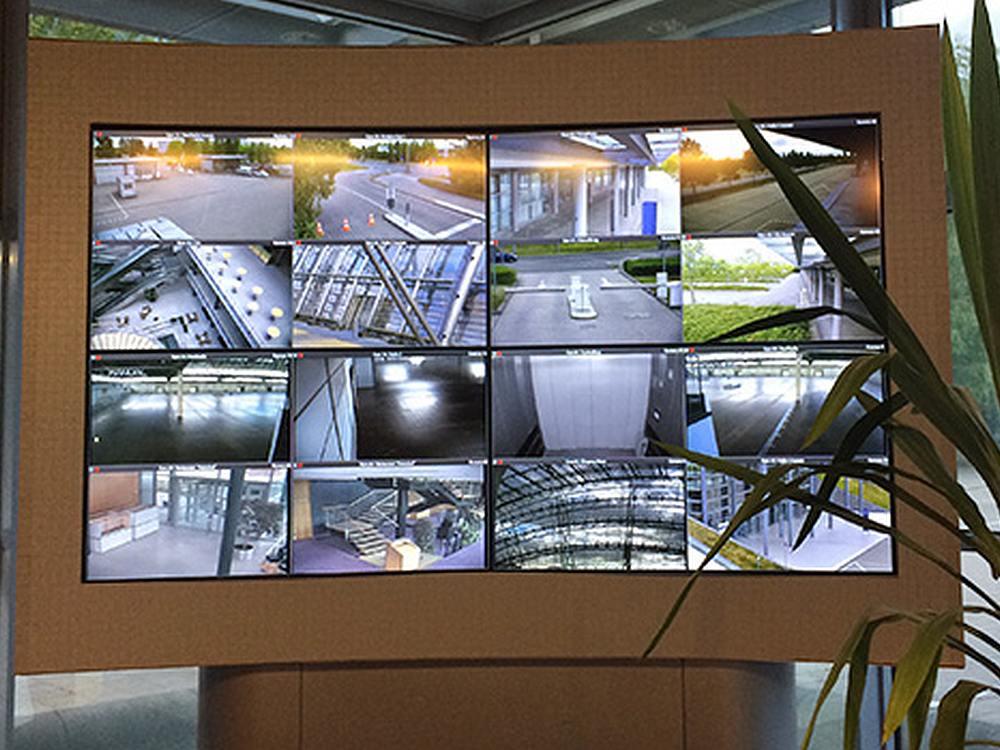 Füllt eine ganze Ecke - und erfüllt einen wichtigen Zweck Video Wall bei der Messe Leipzig (Foto: AG Neovo)