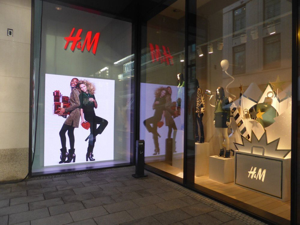 LED-Installation bei H&M in der Mall of Berlin (Foto: invidis)
