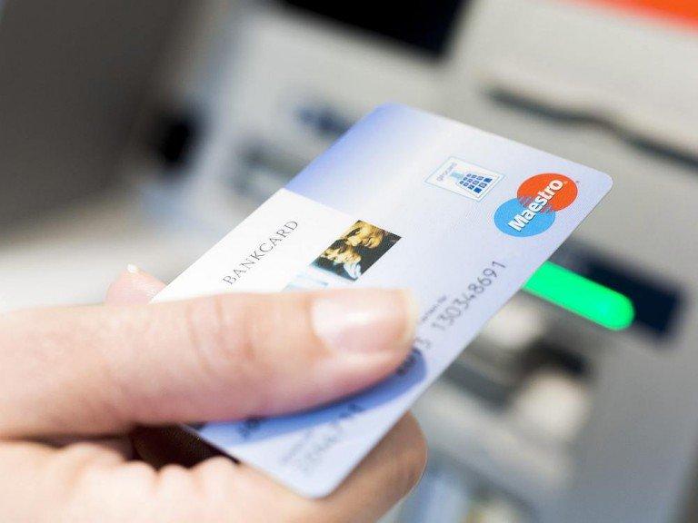Kunde mit Bankkarte am ATM (Foto: Jochen Zick, action press / Bundesverband deutscher Banken; CC BY-ND 2.0)