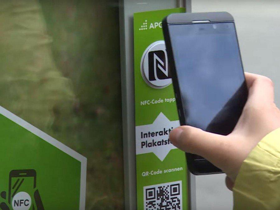 Nutzung eines interaktiven Plakats via NFC für eine Kampagne im Jahr 2014 (Screenshot: invidis)