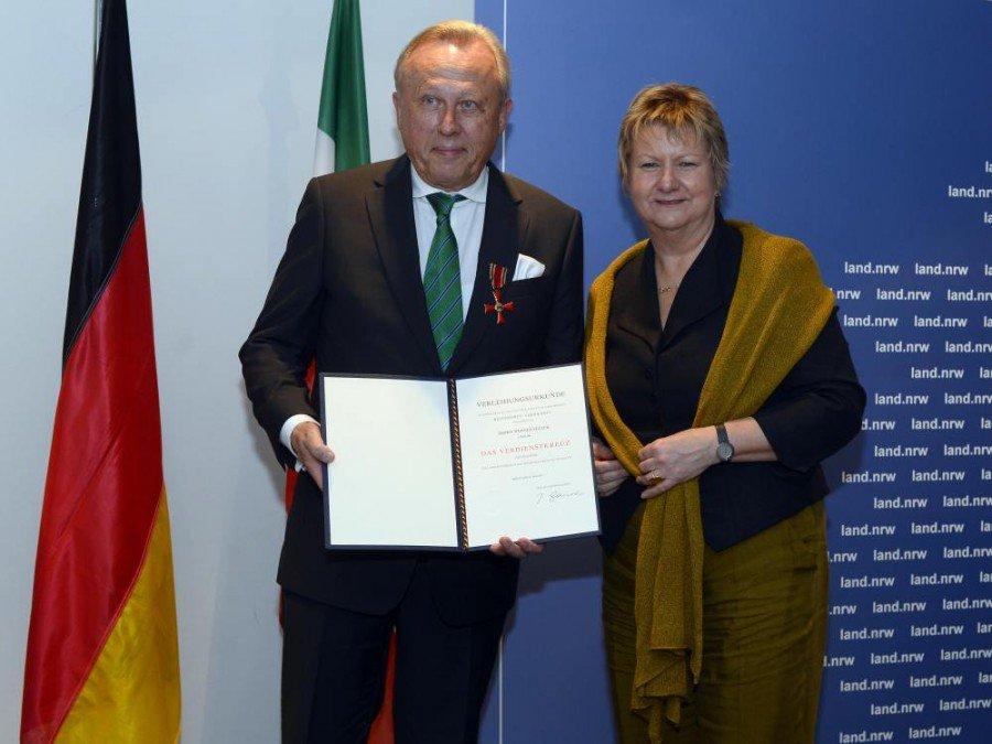Verleihung des Bundesverdienstkreuzes am Bande - Werner Sülzer und die stellvertretende MP des Landes NRW Sylvia Löhrmann (Foto: Land NRW / R. Pfeil)