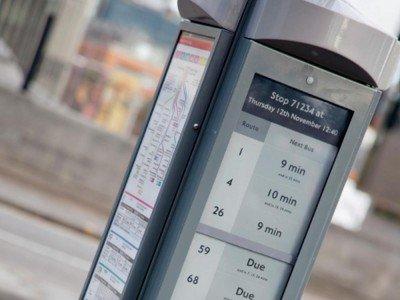 Visionect Displays sorgen an der Londoner Bushaltestelle Waterloo Bridge für digitale und energiesparende Informationen (Foto: Technoframe)