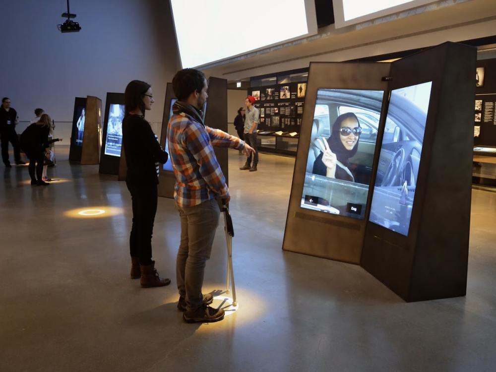 Wie ein aufgeklapptes Buch - interaktive Screens im CMHR (Foto: David Steinberg / Electrosonic)
