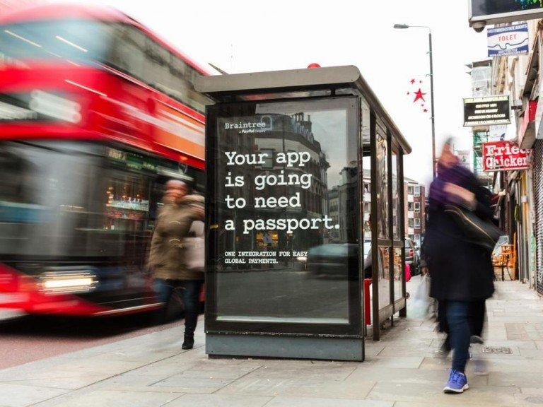 Adshel Screen an einer Bushaltestelle in London (Foto: Clear Channel)