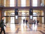 Bahnhofshalle mit neuen DooH Screens (Foto: AFA JCDecaux)