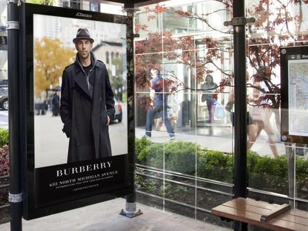 Burberry Kampagne an einer Bushaltestelle in Chicago (Foto: JCDecaux North America)