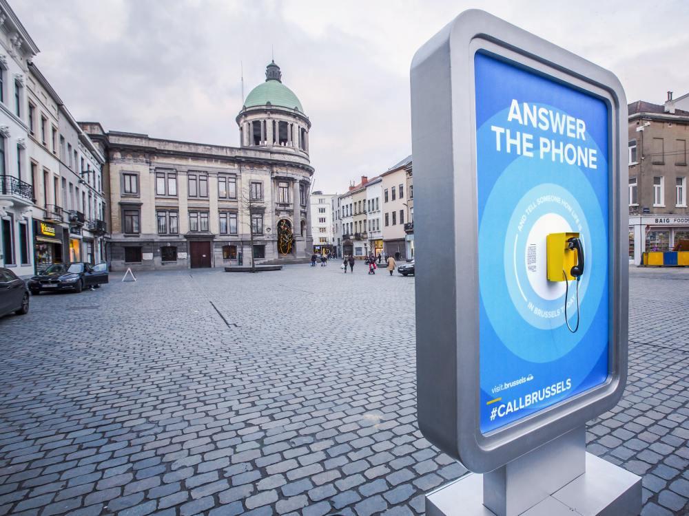 #CallBrussels - Stele mit Telefon in Brüssels Stadtteil Molenbeek (Foto: VisitBrussels)
