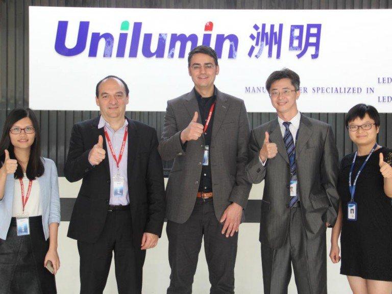 Daumen hoch für die Kooperation - eyevis und Unilumin bringen neue LED Serie auf den Markt (Foto: eyevis)