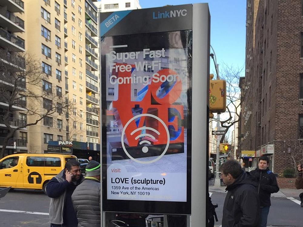 Eine der ersten installierten LinkNYC Stelen (Foto: CIVIQ Smartscapes)