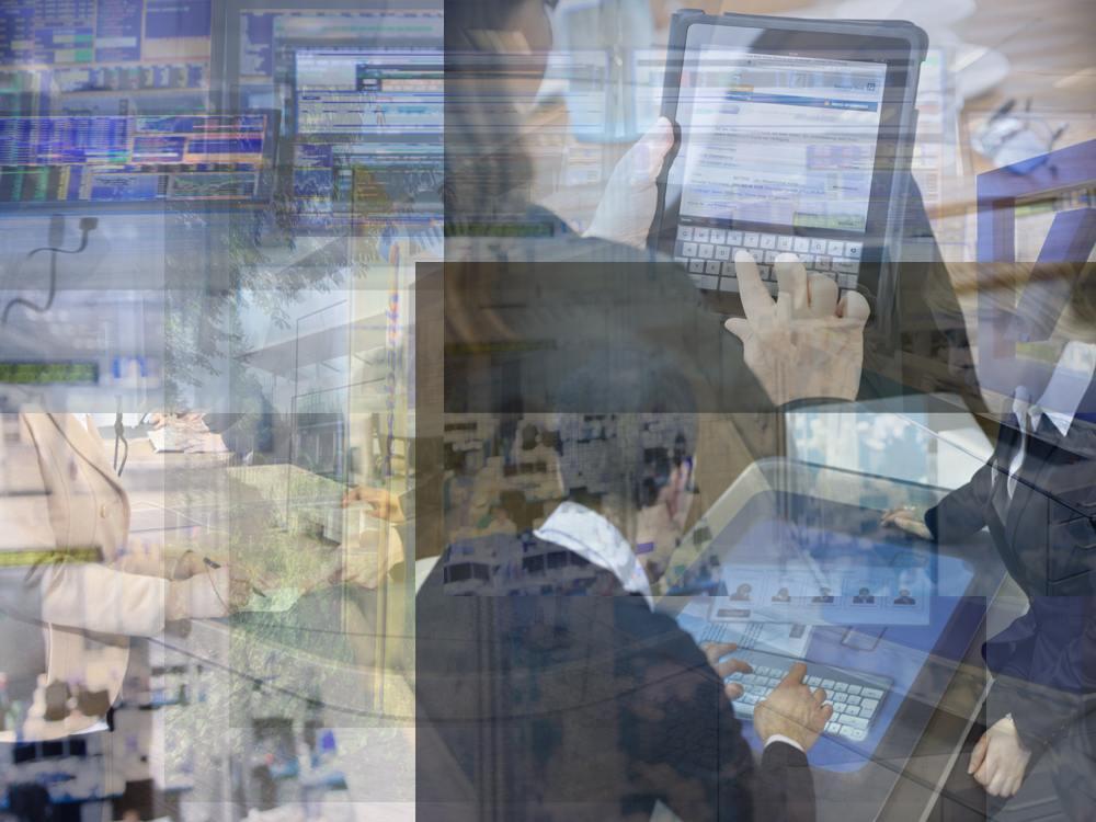 Viele Szenen, ein Konzern: Kundin am Schalter, Händler im Handelssaal, Zentrale der Postbank, Mobile Banking, Q110 Fililale (Fotos: Deutsche Bank; Postbank Montage: invidis)