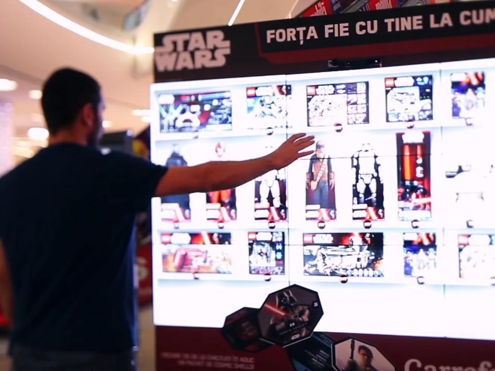 Möge die Macht mit dir sein - Kunde vor interaktiver Video Wall (Screenshot: invidis)