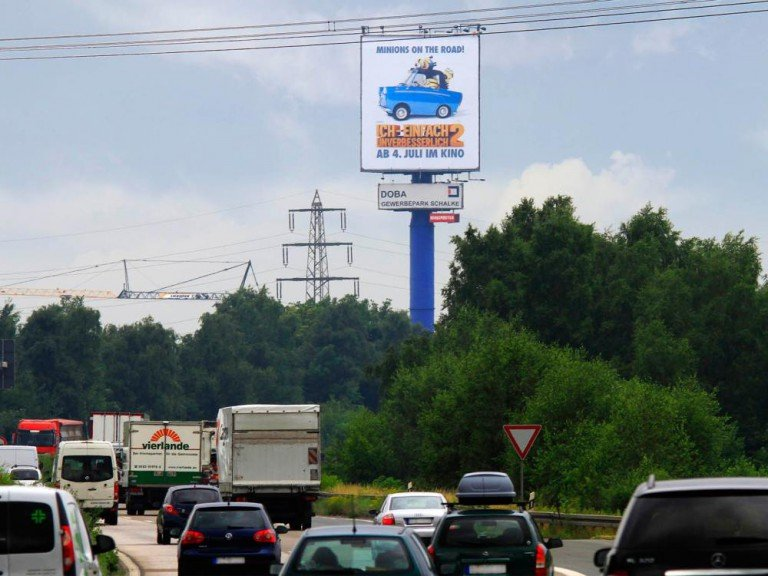 Minions on the Road, Zielgruppe im Auto - MaxiPoster an einer Autobahn (Foto: blowUP media)