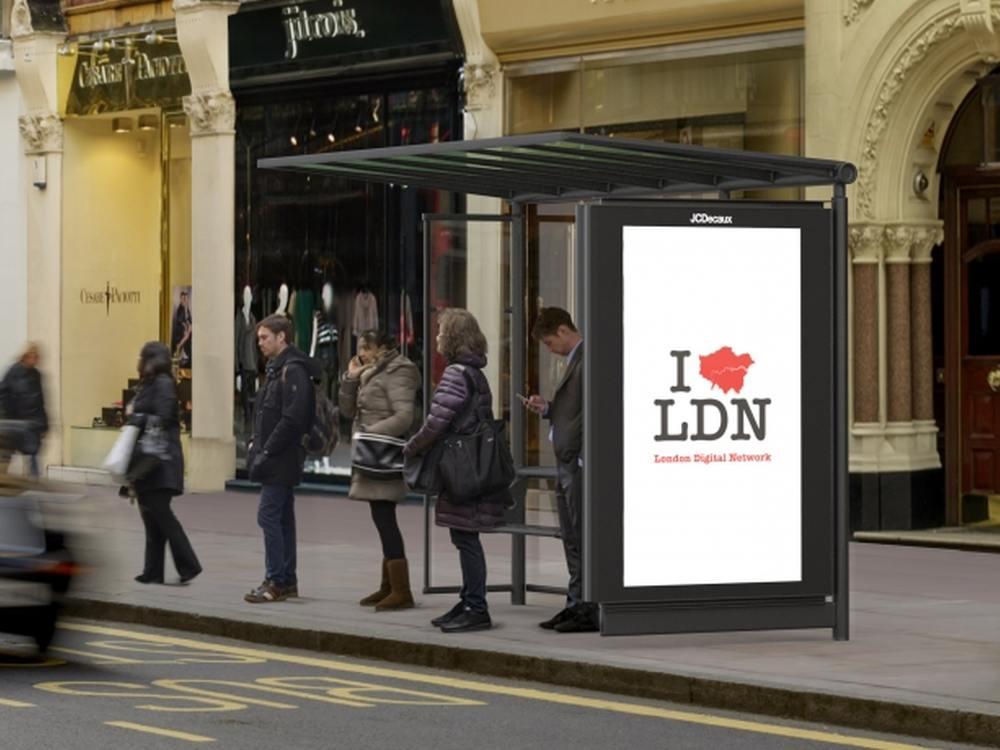 Bushaltestelle mit DooH Screen in London (Foto: JCDecaux)