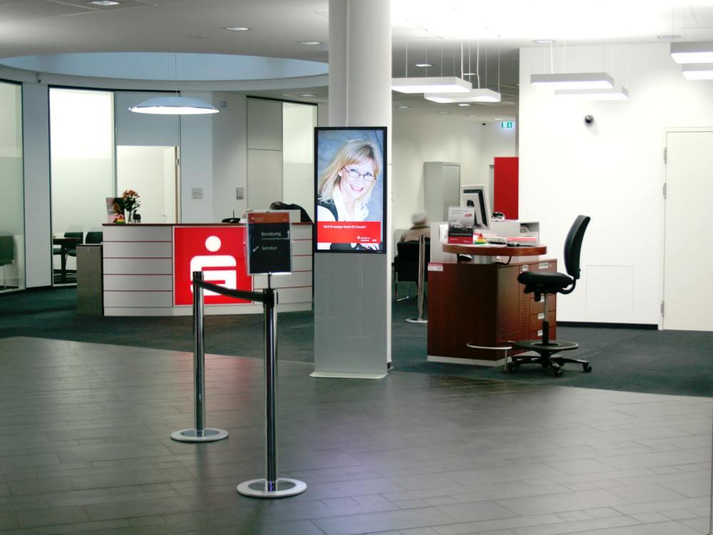 Digital Signage Stele in einer Filiale der Frankfurter Sparkasse (Foto: komma,tec redaction)
