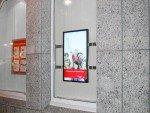 Digital Signage bei der Frankfurter Sparkasse - hier ein 42-Zöller in einem Schaufenster (Foto: komma,tec redaction)