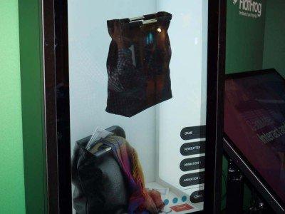 Dank des Flatfrog-Sensors wird aus einem transparenten Display ein Touchscreen (Foto: invidis)