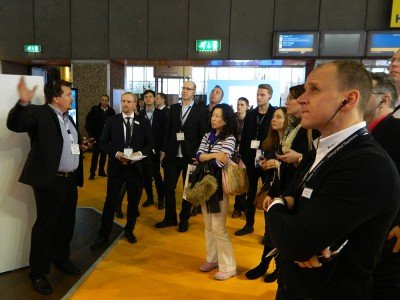 Stefan Pittl, Sales Director CEE & MEA, easescreen an einem Tourstopp der Guided Tour durch Halle 8 (Foto: invidis)