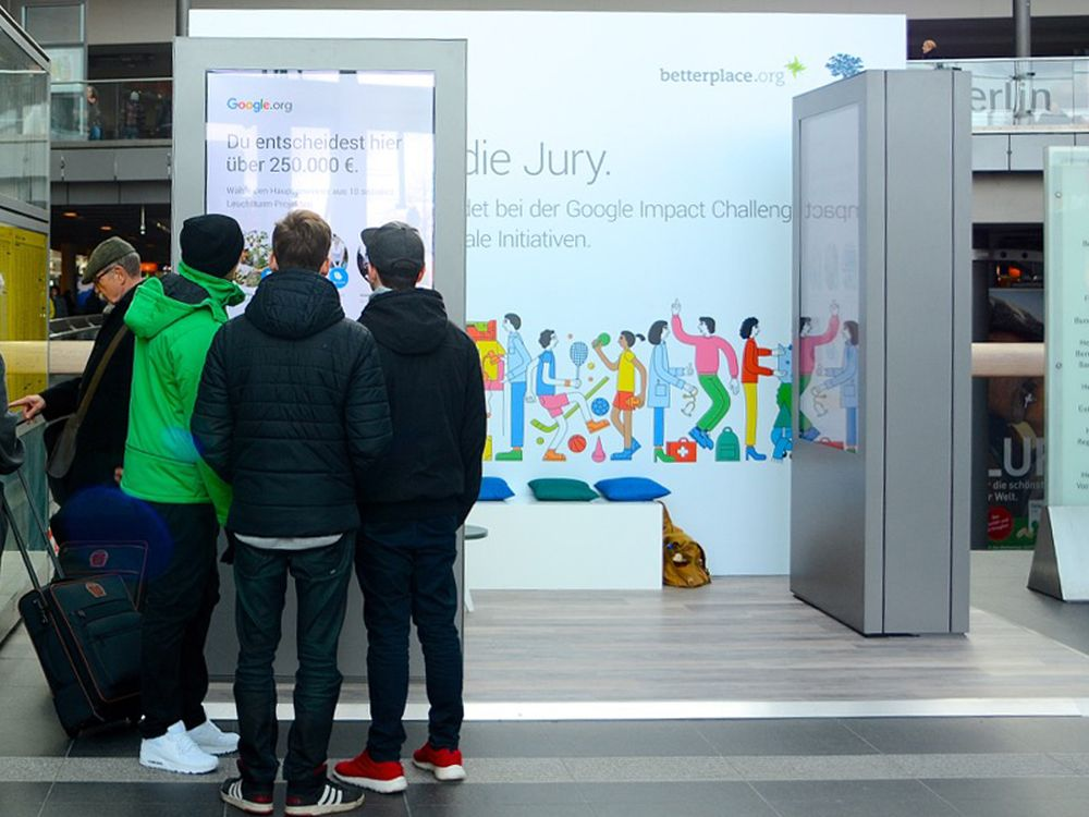 Mit-Entscheiden via Screen - Google Impact Challenge-Voting am Berliner Hbf (Foto: OMD Germany)
