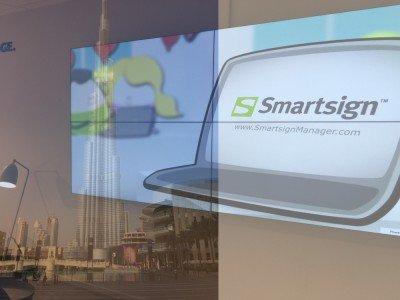 Schweden expandieren in die VAR - Skyline von Dubai und auf Smartsign laufende Video Wall (Fotos: Smartsign; Montage: invidis)