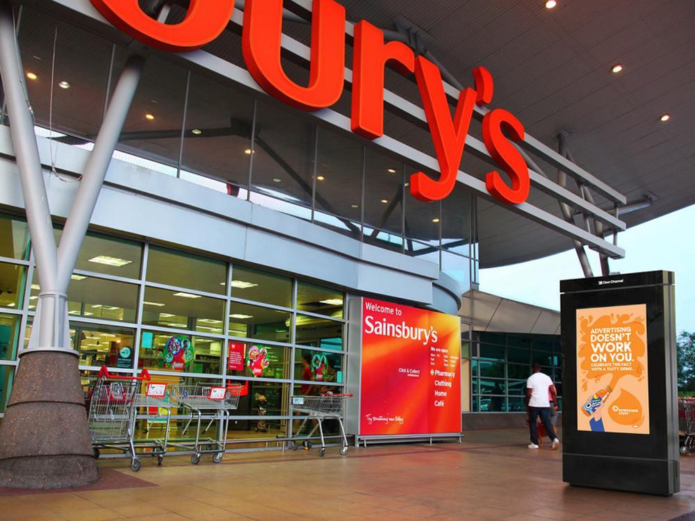 So werden die Screens vor den Sainsbury's Stores aussehen (Foto/ Rendering: Clear Channel)
