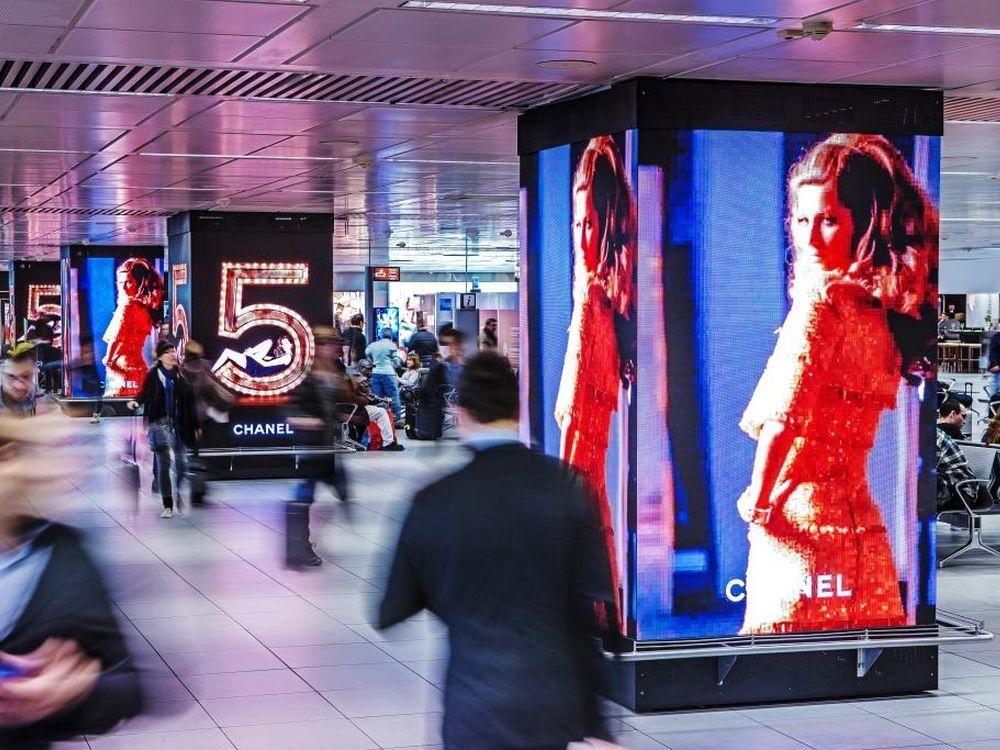 Airport Rom - diese 4 LED Säulen bespielt die Marke Chanel (Foto: Absen)
