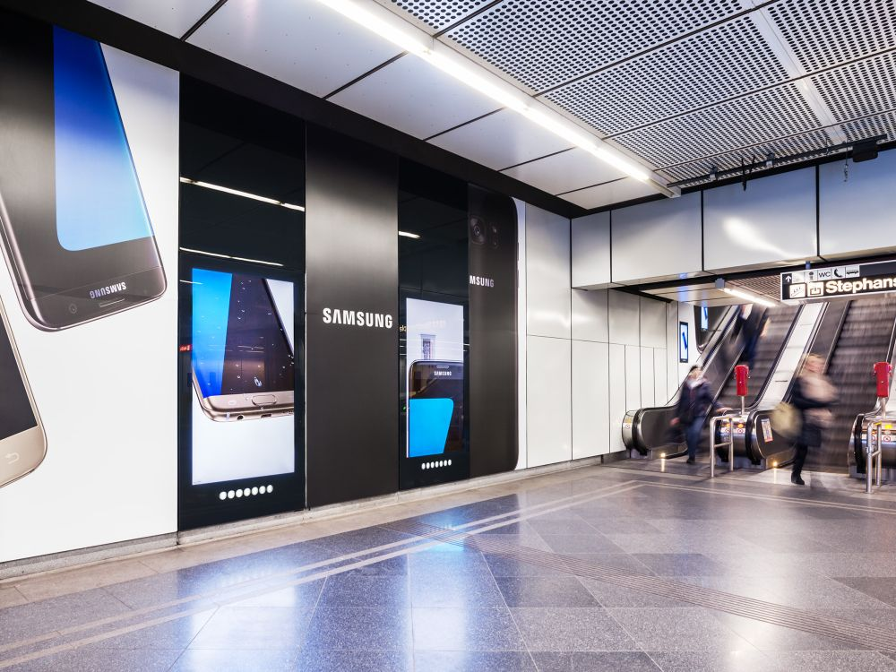 Analog-digitales Station Brandingfür Samsung am Stephansplatz (Foto: Gewista)