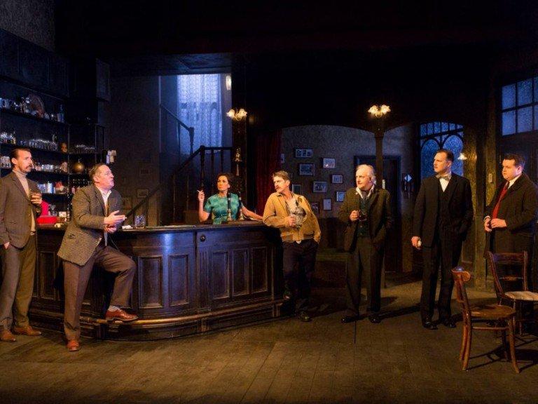Das Theaterstück Hangmen spielt im Pub... (Foto: Sony)