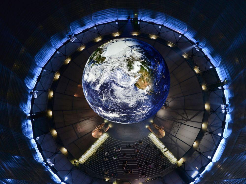 Die Erde von oben - nicht als Buch, sondern als lebendige Projektionskugel (Foto: DLR)