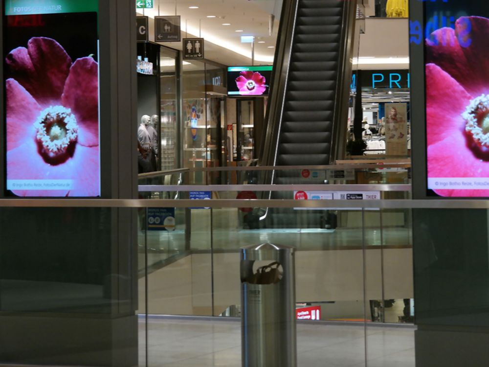 Digital Signage Stelen in einer Shopping Mall (Foto: DTW Networks)