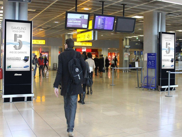 DooH Screens von JCDecaux an einem Aiport in Paris (Foto: JCDecaux)
