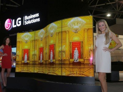 Dual sided Curved OLED Screens von LG auf der DSE 2016 (Foto: LG)
