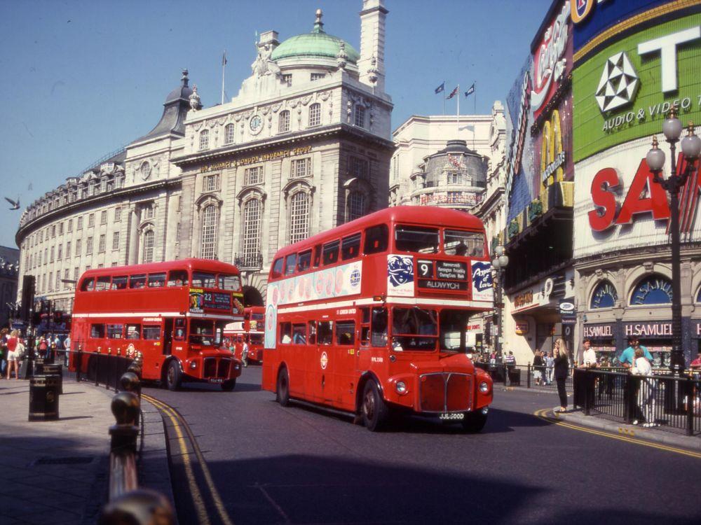 Routemaster Busse von TfL im Herzen von London - Aufnahme aus den 1990er Jahren (Foto: Transport for London)