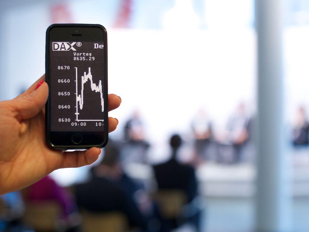 Mobile ist wichtigster Kanal - Smartphone mit DAX Kurs (Foto: action press/ Bundesverband deutscher Banken)