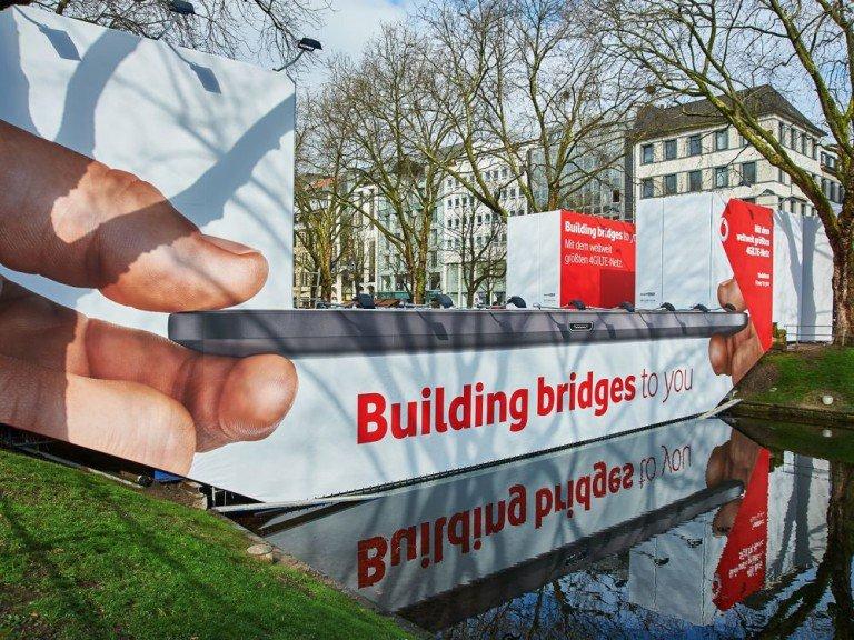 Während der Sanierung dient die Brücke als Werbestandort (Foto: blowUP media)