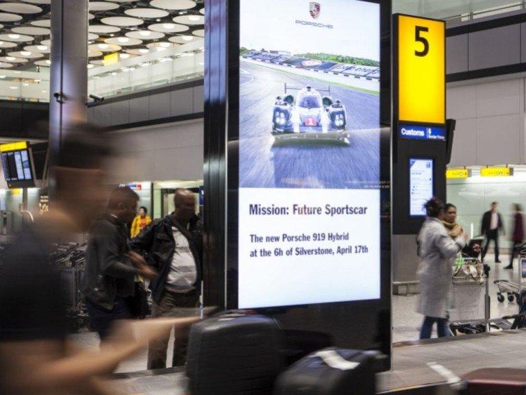 Auf den Screens in Heathrow warb Porsche für sein Rennsportengagement (Foto: JCDecaux)