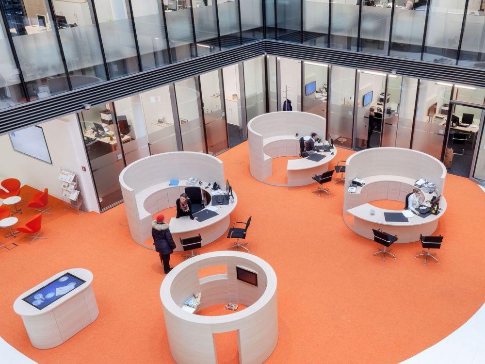 Blick auf die Kundenhalle - links zu sehen der Touchtisch (Foto: komma,tec redaction)
