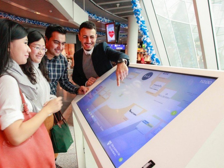 Eingebettet in die neue Omnichannel Strategie - neues Interactive Airport Desk im Einsatz (Foto: Fraport AG)
